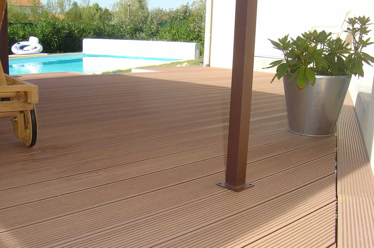 Plancher et terrasse store fenetre la rochelle solartech for Plancher bois piscine exterieur